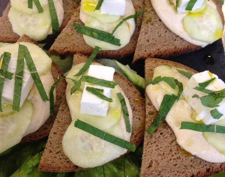 Crostini di pane con hummus