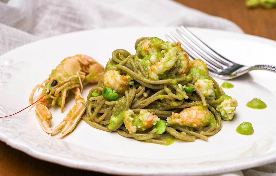 Spaghetti-di-quinoa-con-crema-di-fave-fresche-e-scampi-1